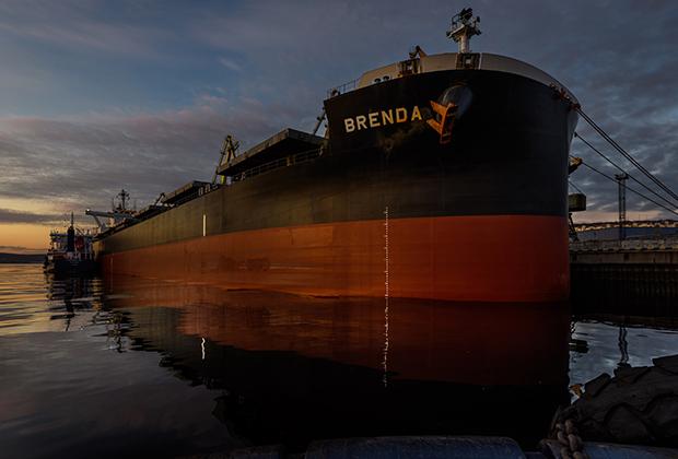 Буксир МАСКО (Малая судоходная компания), капитаном которого работает Василий, на Северном флоте знают все. Без таких судов не обходятся ни танкеры, ни атомные ледоколы, ни самые современные сухогрузы и баржи.