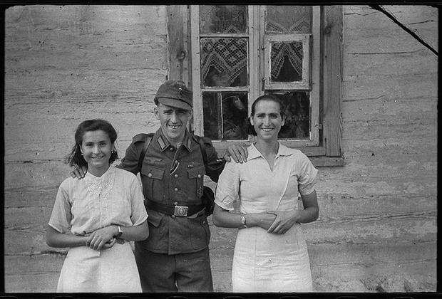 Немцы успешно проводили политику, направленную на разобщение польского населения, проживающего на оккупированных территориях. Люди немецкого происхождения пользовались привилегированным положением, поляки же были лишены гражданских прав.