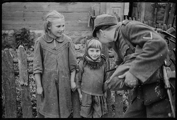 На оккупированных землях проживали 10 миллионов человек, большинство из которых были поляками. Однако впоследствии правительство Германии переселило сюда около двух миллионов немцев.
