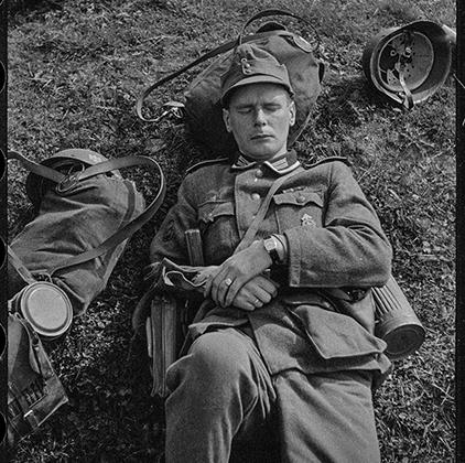 Спящий немецкий солдат. Польша, 1942-1943 годы. (Предположительно, город Бельск-Подляски.)