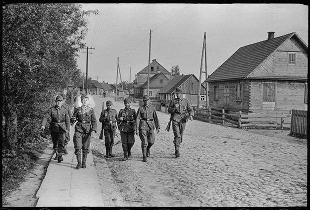 Немецкая оккупация закончилась в 1945 году поражением Германии от антигитлеровской коалиции. Советская армия выбила захватчиков с территории СССР и Польши. 17 января 1945 года была освобождена Варшава, а к февралю — почти вся Польша.
