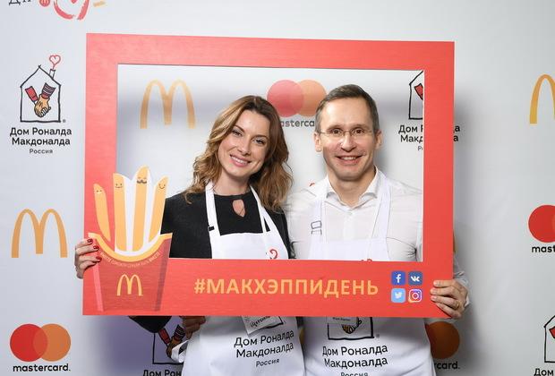 Актриса Евгения Щербакова и Генеральный директор Макдоналдс в России Марк Карена.