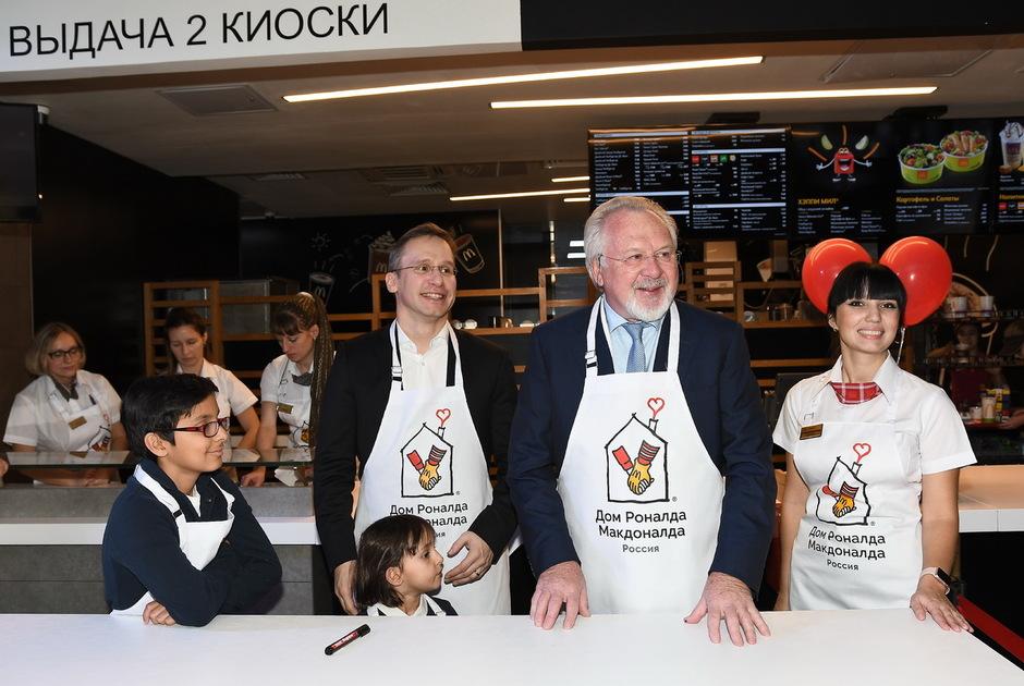 Марк Карена и Павел Гусев выдают заказ юной участнице акции