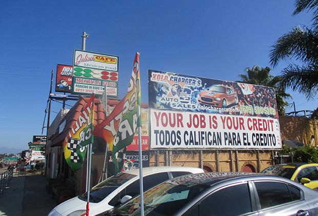 Почти все надписи в Калифорнии дублируются на испанском