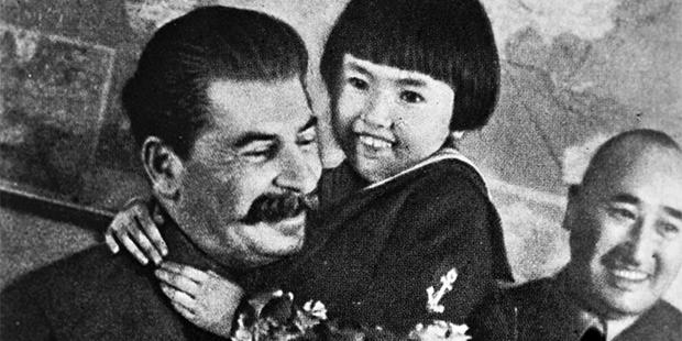 Иосиф Сталин, Энгельсина Маркизова и Михей Ербанов. Москва, Кремль, 1936 год. Через год отца Энгельсины арестовали и расстреляли, а ее вместе с матерью отправили в ссылку