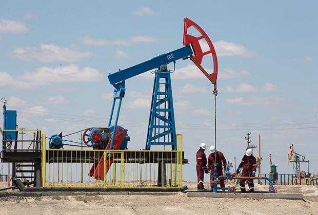 Атырау (Гурьев) считается нефтяной столицей Казахстана. В пустыне в Атырауской области много вахтовых городков нефтяников, тут и там попадаются качалки.