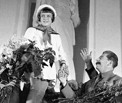 Юная пионерка приветствует Генерального секретаря ЦК ВКП (б) Иосифа Виссарионовича Сталина.