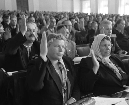 Пятая сессия Верховного Совета СССР. Большой Кремлевский дворец. Депутаты Верховного Совета СССР единогласно принимают закон о государственном бюджете страны.