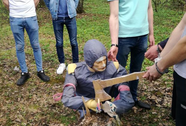 Следственный эксперимент: Дмитрий Грачев демонстрирует, как рубил руки жене