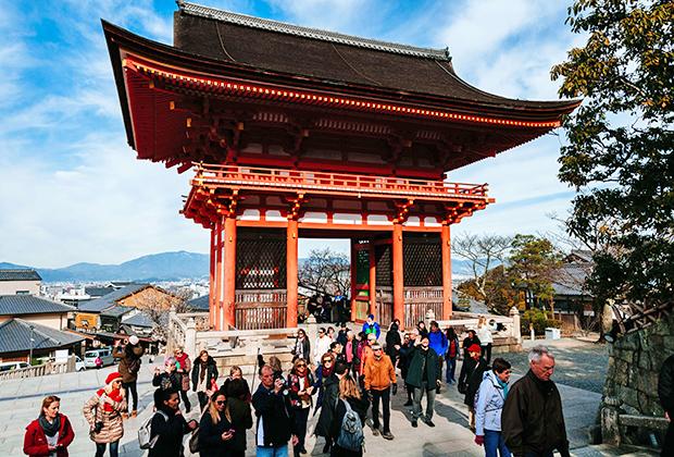Главные ворота буддийского храмового комплекса Киёмидзу-дэра в Киото