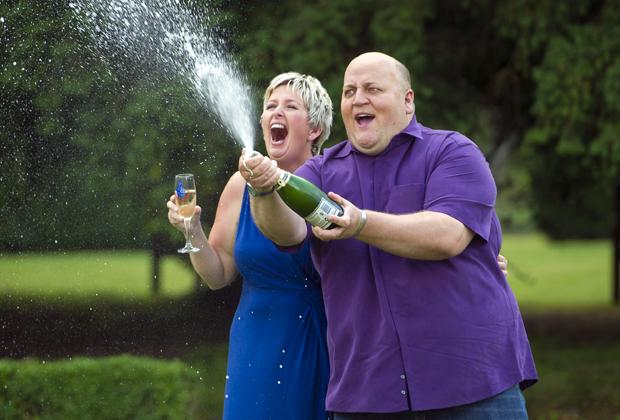 Адриан Бейфорд празднует выигрыш с женой