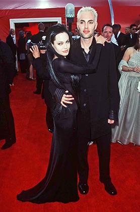 Анджелина Джоли в платье от Versace с братом Джейми, 2000 год