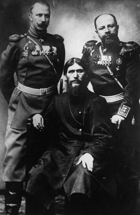 Григорий Распутин (в центре)