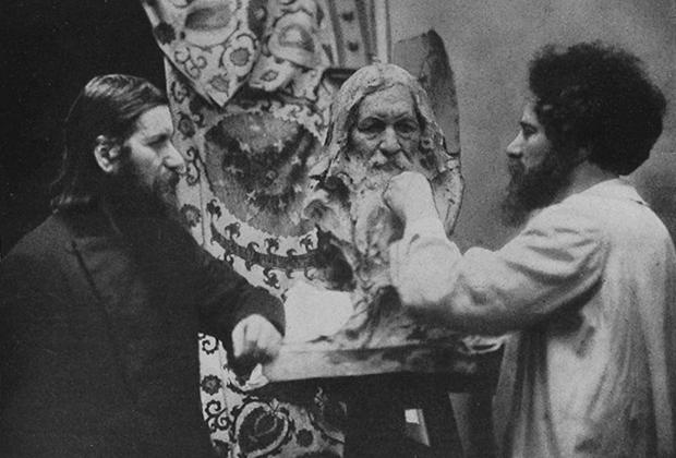 Скульптор Наум Аронсон работает над бюстом Григория Распутина. Петербург, 1916 год