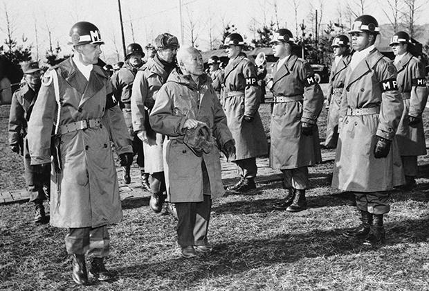 Ли Сын Ман инспектирует почетный караул 9-го корпуса Армии США в сопровождении американских военных