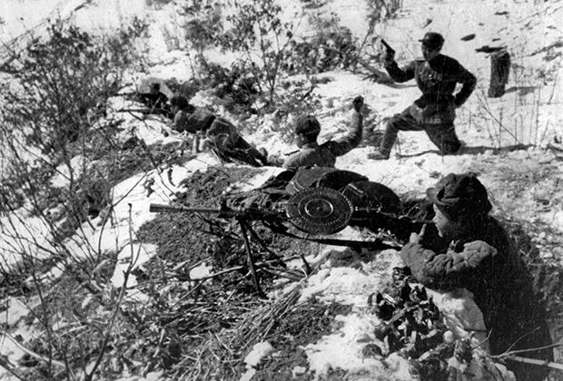 Северокорейские солдаты ведут огонь по противнику