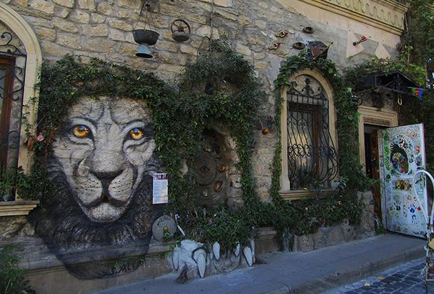 Старый Баку. Тут практически не встречаются уродливые граффити с непонятными письменами