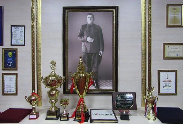 Геокчай. Портрет основателя и первого директора «Азнара» Теймура Фарадж-оглы Ахмедова