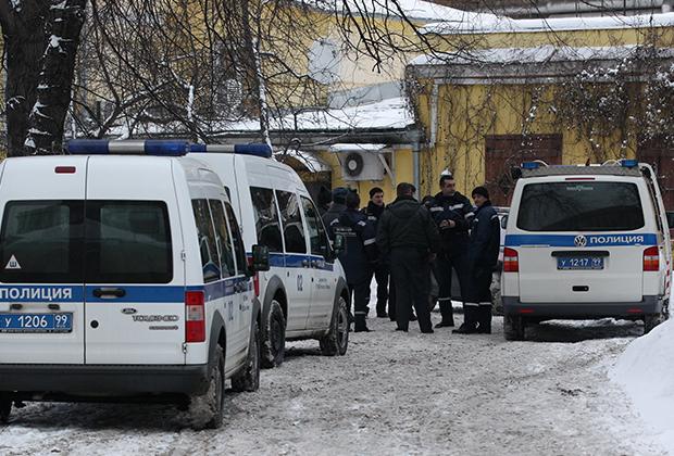 Машины полиции на Поварской улице в центре Москвы, где был ранен при покушении криминальный авторитет Аслан Усоян (Дед Хасан). После ранения он был доставлен в Боткинскую больницу, где скончался.