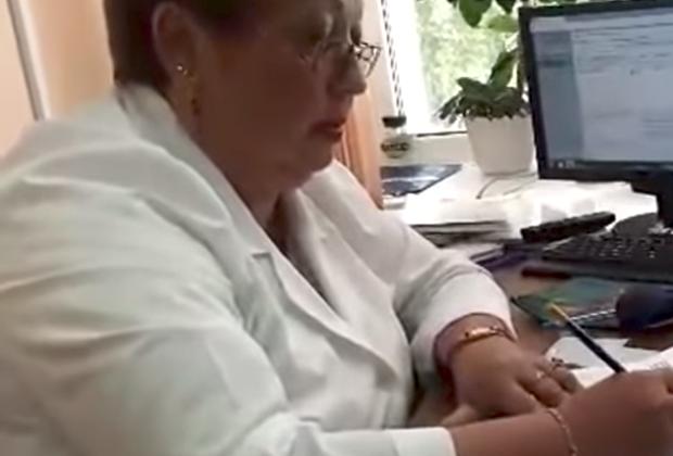 Психиатр Александровской районной больницы общается с отстраненным от работы врачом Владимиром Сотниковым
