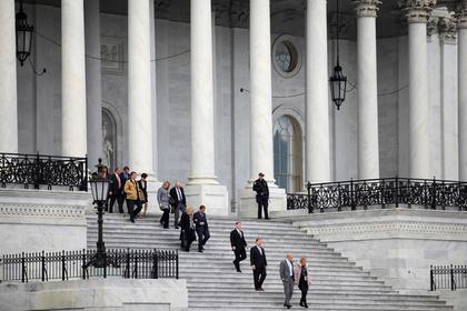 Американских политиков поймали на домогательствах и пожурили