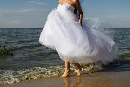 Девушка с веслом и в свадебном платье поплыла искать жениха