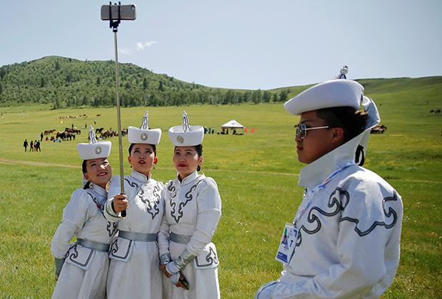 Девушки в национальных костюмах во время фестиваля Наадам