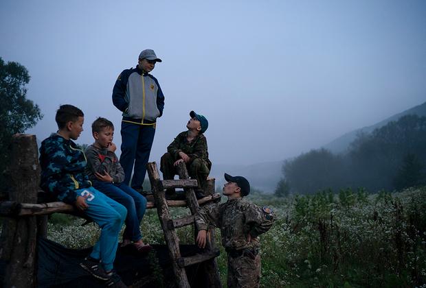 Свободного времени у кадетов практически нет. В перерыве между тренировками инструкторы обучают детей политически правильной версии истории Украины. Им рассказывают о том, как Россия веками угнетала украинцев, и вдохновляют историями о «подвигах» бойцов УПА.