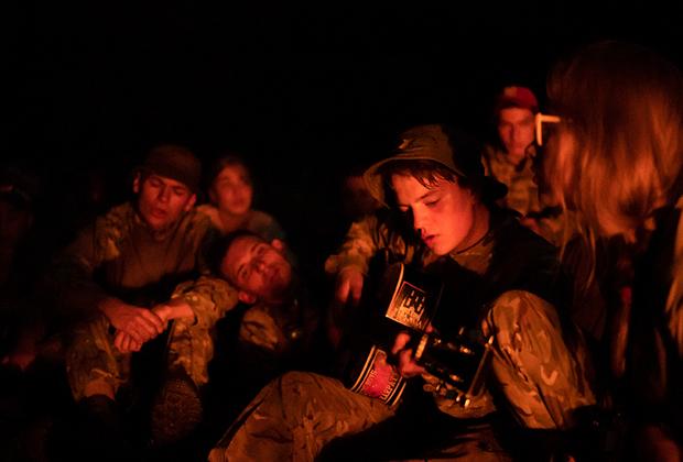 Инструкторы уделяют большое внимания сплочению ребят. Они все делают вместе. Живут в одних палатках, вместе учатся владеть оружием, вместе играют, едят, поют песни у костра. После возвращения из лагеря дети могут сохранить связи, остаться друзьями и вновь поехать в этот или другой аналогичный лагерь.