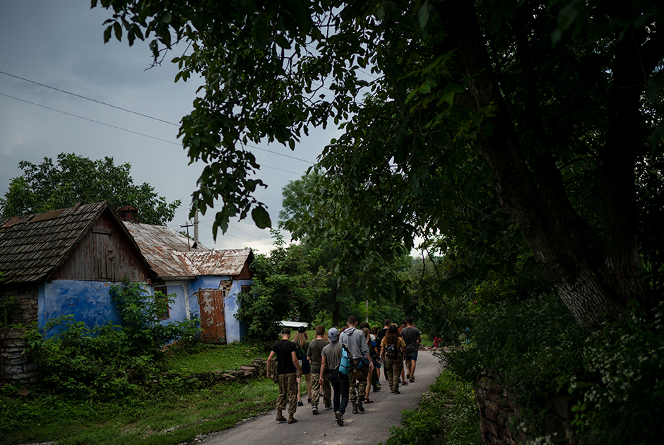 Полевой лагерь расположен недалеко от села