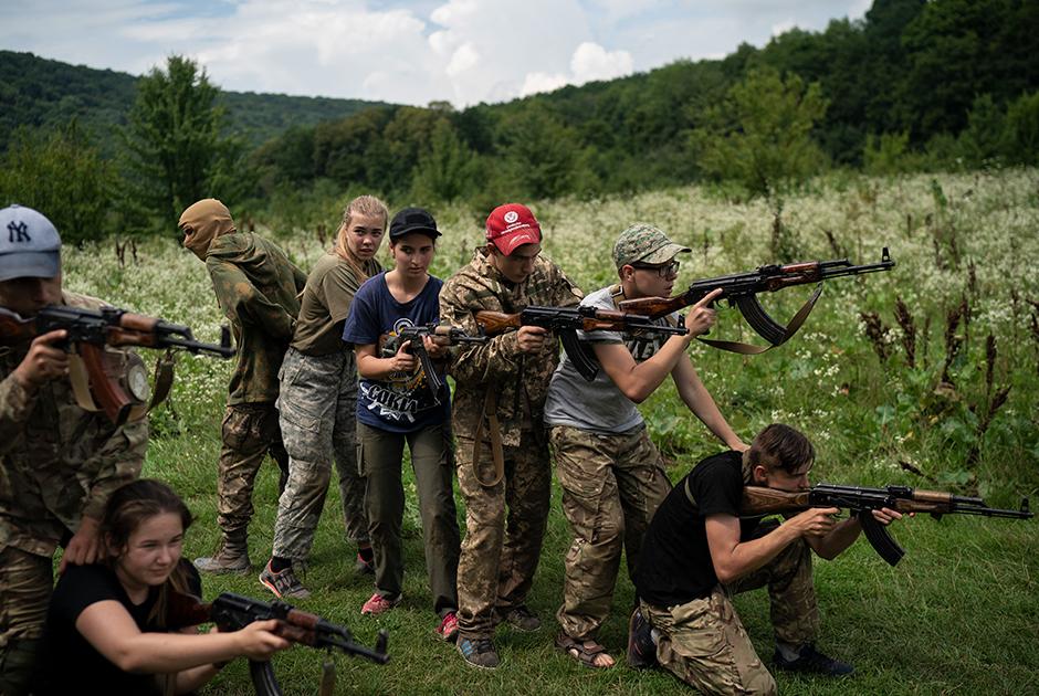 Подростки отрабатывают тактические приемы