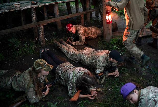 """Боевой подготовке в лагере уделяют особое внимание. Конечно, многого от детей 10-12 лет не требуют, главное — воспитать в них ненависть к врагу. Повзрослев, они смогут завербоваться в ВСУ или в один из добровольческих батальонов. <br><br> Радикальные националистические группировки уже не первый год обучают своих бойцов по западным методикам. Например, батальон «Азов» <a href=""""https://www.svoboda.org/a/29308146.html"""" target=""""_blank"""">открыл</a> школу сержантов по стандартам НАТО. Тактические приемы и полоса препятствий у них также соответствуют методикам Альянса."""