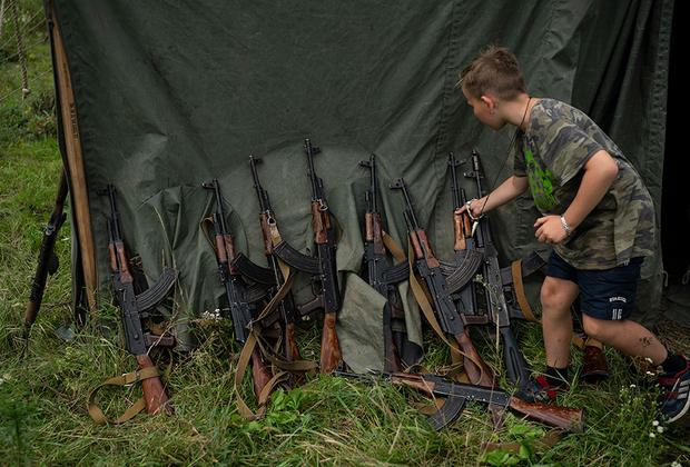 Кадет хватает свой автомат. Инструкторы говорят, что их подопечные никогда не направляют оружие на людей. «Но мы не считаем людьми сепаратистов, маленьких зеленых человечков и московских оккупантов, поэтому мы можем и должны в них целиться», — говорит лидер «Сокола», участник боевых действий в Донбассе Юрий Черкашин.