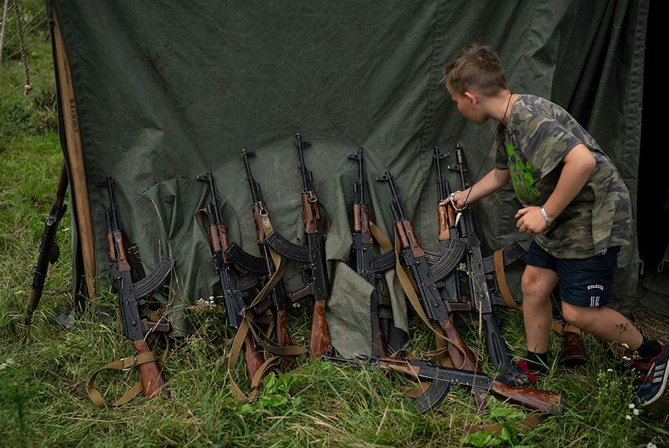 Обращаться с оружием учат всех без исключения, невзирая на пол и возраст