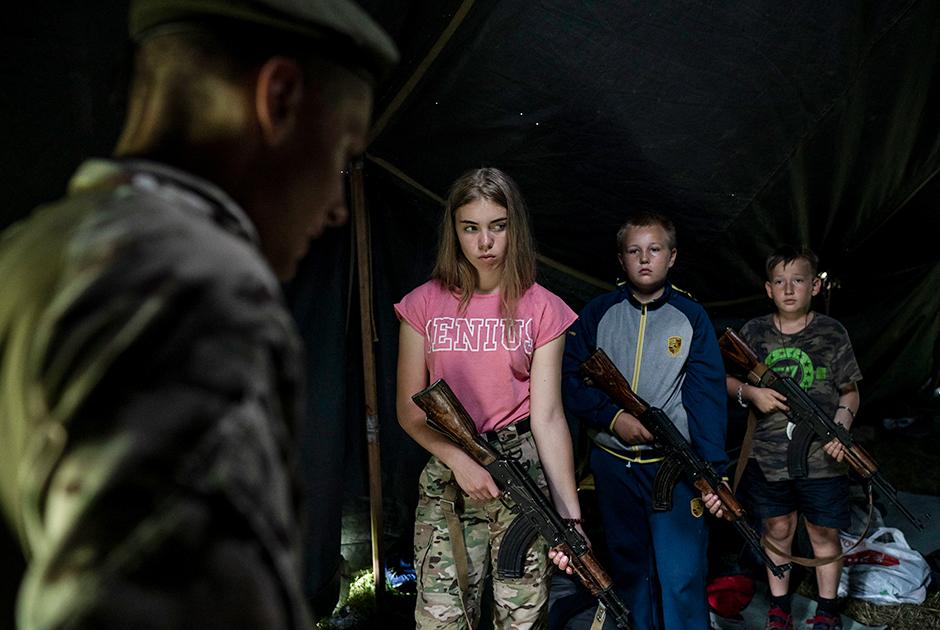 Дети, среди которых есть и восьмилетние «бойцы», получают автоматы и первые наставления перед тактическими учениями