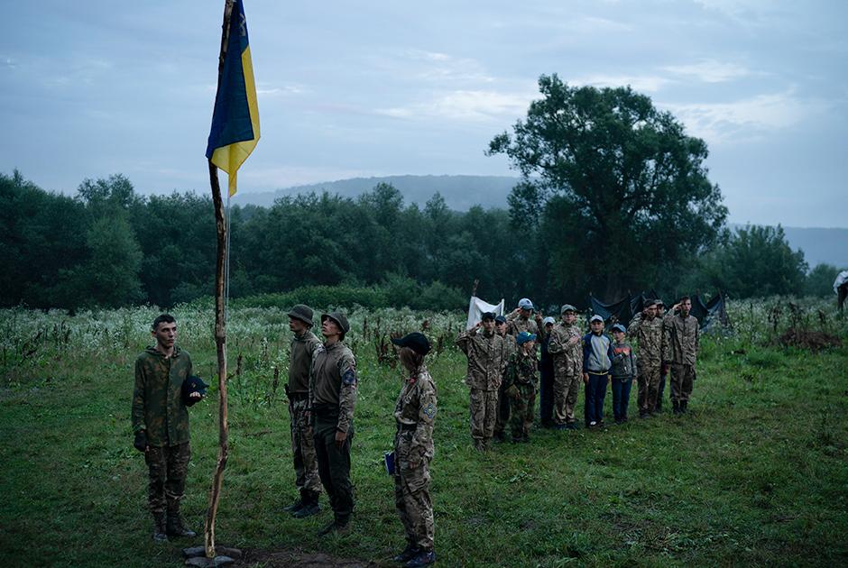 Дети участвуют в церемонии поднятия флага