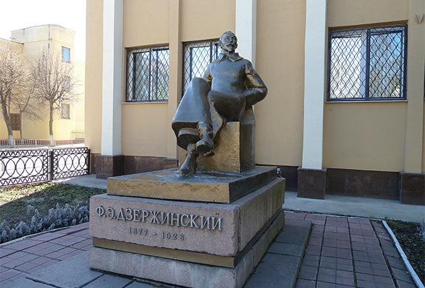 Памятник Феликсу Дзержинскому в Орле, рядом со зданием областного УФСБ