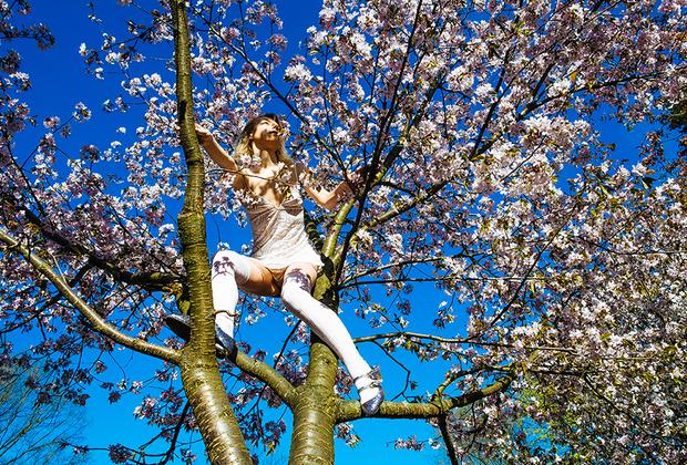 Лида, 26 лет, Россия. <br> <br> «Мне всегда хотелось заняться сексом среди цветущей сакуры — символа любви, чистоты и нежности для меня. Но в день съемок на рассвете вход в сад был закрыт. Только одна сакура росла рядом с садом».