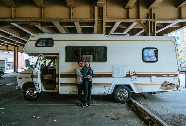 Джулия и Гоша, 27 и 30 лет, США. <br> <br> «Мы хотели бы заняться сексом в домике на колесах где-нибудь далеко в дикой природе. В каком-нибудь интересном месте. Под звездами в пустыне или в лесу, но так, чтобы нам было комфортно и уютно».