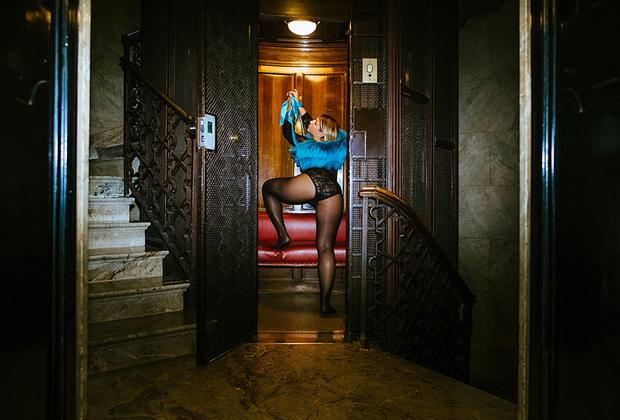 Наташа, 32 года, Италия. <br> <br> «Лифт в доме, где находится русский салон меха. Вообще я думала именно об этом лифте, но это может быть любой другой похожий где-нибудь в самом центре города. Мраморные лестницы, лакированные деревянные двери, диванчики с обивкой из натуральной кожи… Я представляю, как возвращаюсь с приема, вся в мехах, и тут нас с кавалером настигает страсть, и я сразу себя такой шальной императрицей чувствую!»