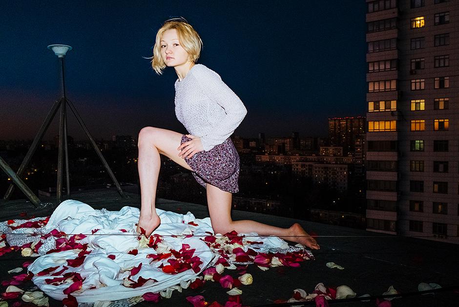 Альфия, 24 года, Россия. <br> <br> «Я думаю, это могло бы произойти на крыше. Рядом могут быть здания выше, но не слишком близко. Крыша вся усеяна лепестками роз».