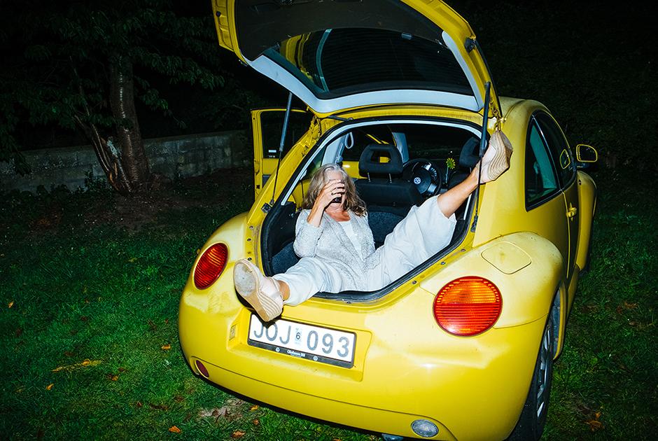 Лиллимур, 71 год, Швеция. <br> <br> «Я женщина в возрасте, но секс для меня до сих пор важен. Сейчас я знаю намного больше, чем когда мне было 20. Моя фантазия имеет давнюю историю: когда я жила в США, как-то раз увидела парочку в желтой машине. В моем возрасте, вероятно, секс в машине предполагает гимнастические трудности, но почему бы и не попробовать. Желтый Volkswagen это почти как YELLOW SUBMARINE!»