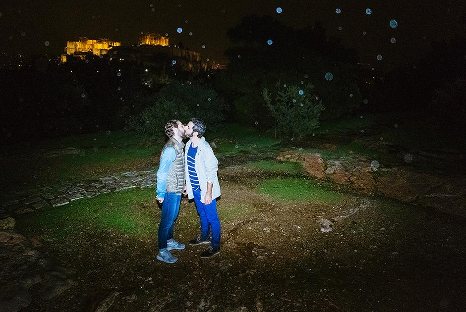 """Андреас и Алекс, 32 года и 32 года, Греция. <br> <br> Андреас и Алекс выбрали вершину Филопаппу, также известную как Холм Муз, с видом на Акрополь в Афинах. <br> <br> «Если бы можно было путешествовать во времени, мы бы хотели отправиться в античные времена, когда люди были более открыты в проявлении своего отношения к красоте и в отношении к любви и сексу. Красоте человеческого тела, в частности, придавали большое значение, а нагота не считалась чем-то зазорным. В наших фантазиях мы бы хотели заняться любовью в древнем храме. Сохранившиеся до наших времен, они напоминают об укладе жизни в античные времена и об отношениях людей не только к богам, но и друг к другу. Для нас это было бы чем-то вроде """"запустить машину времени""""»."""