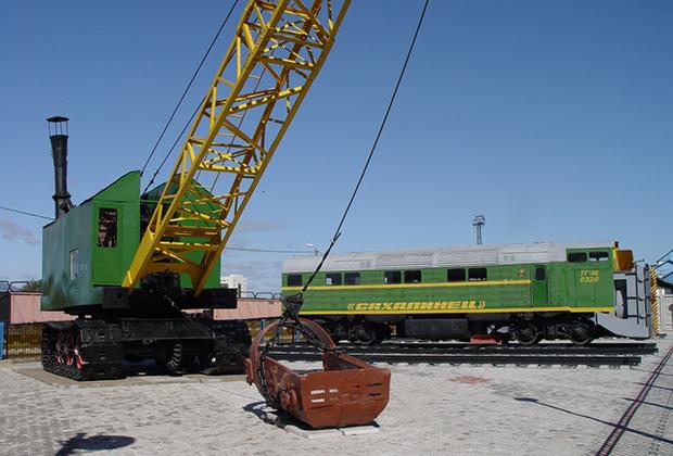 Уникальный паровой экскаватор на гусеничном ходу ПП-1,5 постройки Ковровского машиностроительного завода 1935 года. Экскаватор работал на острове с 1952 года до конца 1980-х годов.