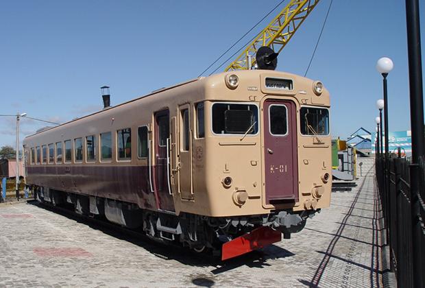 Вагон колеи 1067 миллиметров японского дизель-поезда Киха-58 1963 года постройки. Вагон с 1963 по 1978 годы эксплуатировался в Японии, затем был законсервирован. В 1993 году подарен Сахалинской железной дороге, где был использован по прямому назначению до 2000 года.