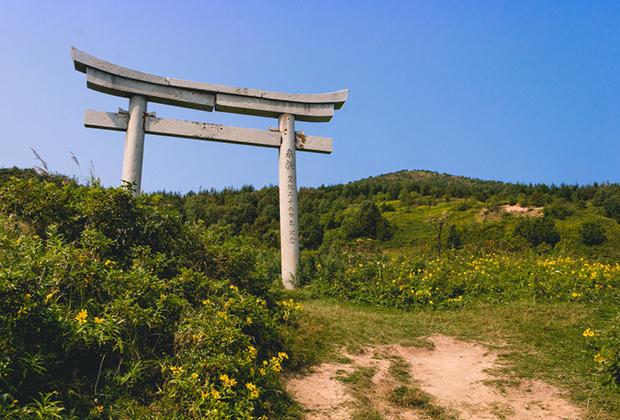 Во время Японского правления на Сахалине было построено достаточно большое количество синтоистских культовых сооружений. На фото — взморские тории храма Хигаси Сираура Дзиндзя, что в местечке Взморье.