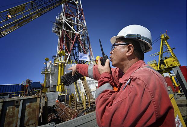 Граждане Южной Кореи активно инвестируют в малый и средний бизнес на острове, а также заняты и на более крупных проектах. На фото корейский специалист помогает осуществить разгрузку на Южно-Киринском месторождении в акватории Охотского моря полупогружной буровой установки Doo Sung.