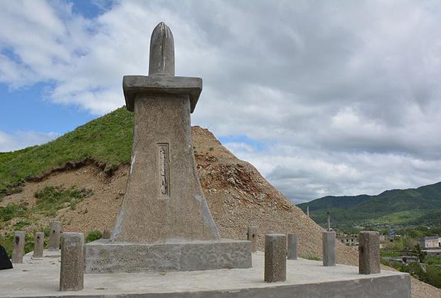 А это расположенный в Томари памятник гунсокиненхи — военный памятник с верхушкой, стилизованной под снаряд. Он посвящен солдатам и матросам, погибшим в Русско-японскую войну.