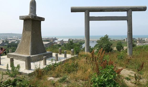 Храмовый комплекс в Томари имел статус кенся — императорского святилища. Сейчас это комплекс с наилучшей сохранностью на острове. Помимо взморских тории сохранились и тории на вершине сопки, являвшиеся непосредственным входом на территорию храмового комплекса.