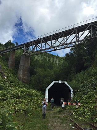Один из шедевров японского инженерного искусства —Чертов мост. Железная дорога уходит в тоннель под горой, внутри которой совершает поворот на без малого 270 градусов с подъемом и пересекает сама себя по мосту.